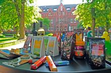 Fairtrade-Produkte vor dem Hotel MutterHaus